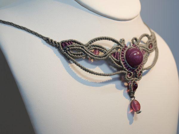 Collier créaléliam en micromacramé gris et prune. perles de verre et acrylique prune.