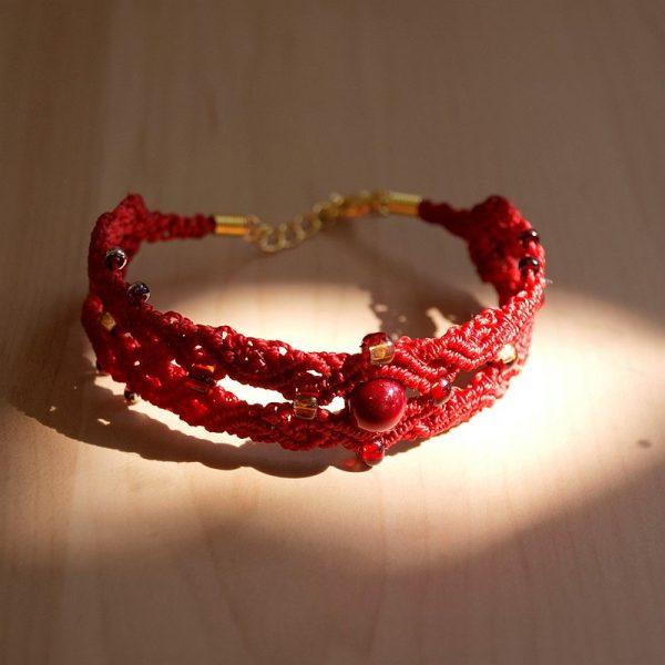 Bracelet macramé raouge et perles dorées Créaléliam