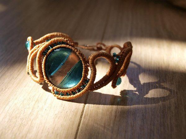 Bracelet macramé entrelacs ocres, perles bleues et cuivrées Créaléliam